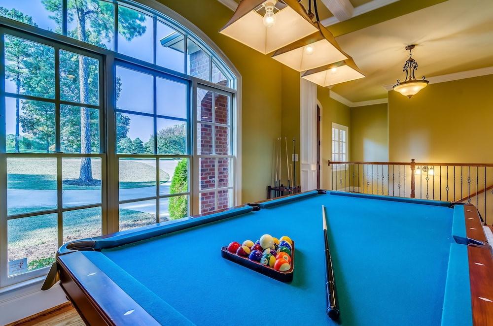 Game Room, First Class Amenities & Spectacular Location! 8 Beds, 5 Tv's, Pool Table...wow!