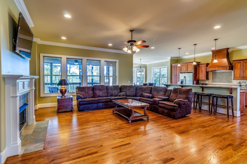 Living Room, First Class Amenities & Spectacular Location! 8 Beds, 5 Tv's, Pool Table...wow!
