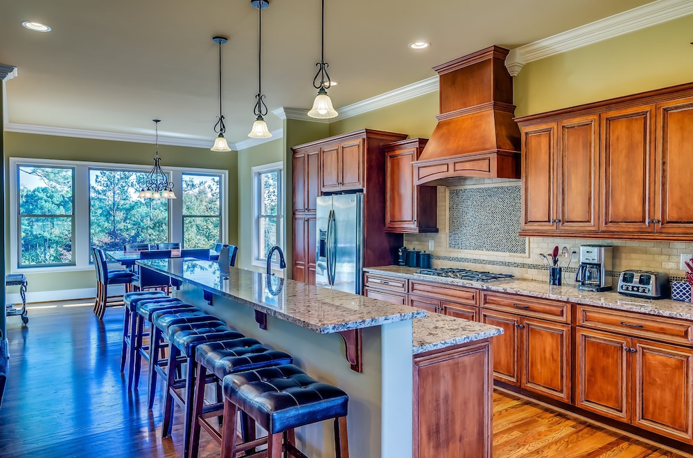 Private Kitchen, First Class Amenities & Spectacular Location! 8 Beds, 5 Tv's, Pool Table...wow!