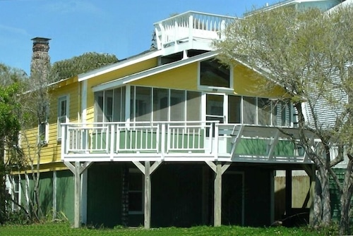 Charming Pet Friendly Oceanview Bungalow - Prime Location - Steps to Beach