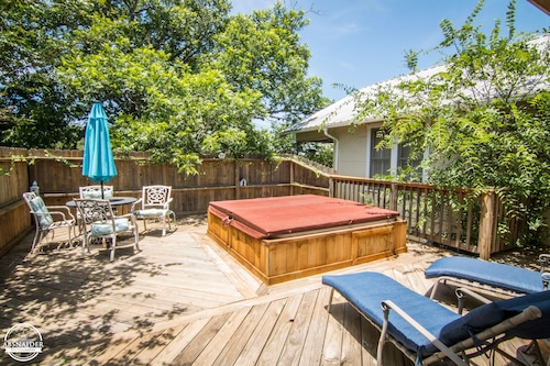 Escape the City Life; Minutes From Local Vineyards; Private hot Tub; Sleeps 6