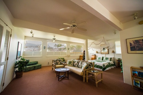 Beautiful Romantic Hanalei Vacation Rental Steps to Hanalei Bay & Beach