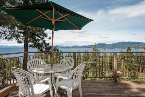 Awesome View, Come See! 3 BR, 2 Bath, Sleeps 8, big Deck and 0 Steps on Main