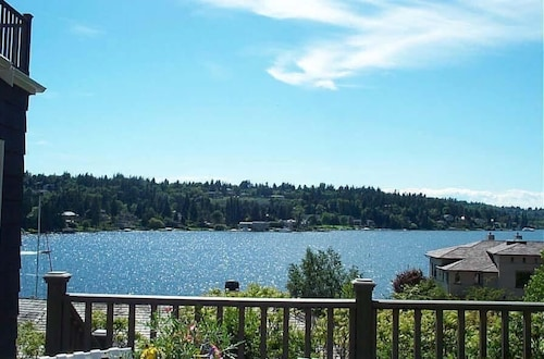 Waterfront View Cottage w/ Lake WA Water Access5 Star Rating--private, Serene