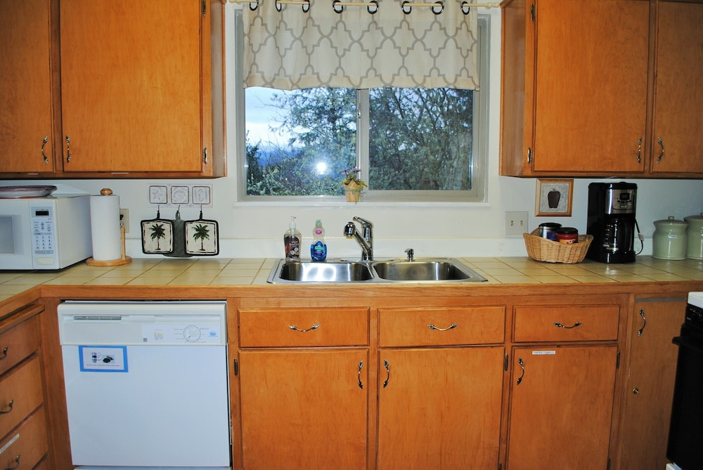 Private Kitchen,  Romantic River View w/Hot Tub/Fire Pit/covered deck!