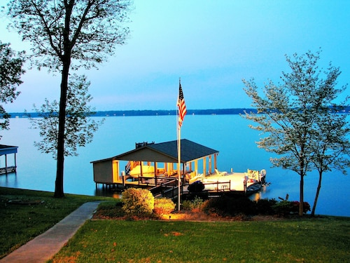 Spectacular 24 Bed - Main Lake Home Dock