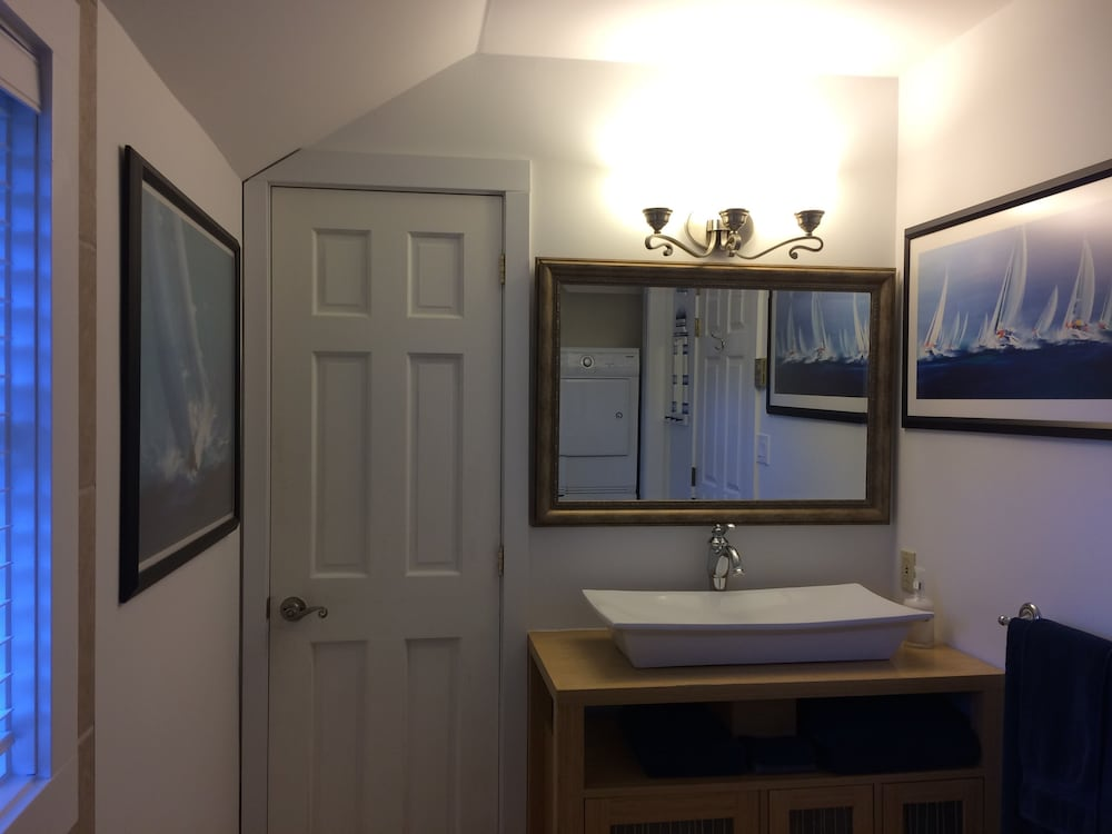 Bathroom, 'captain's Quarters' Waterfront Cottage on Fulford Harbour