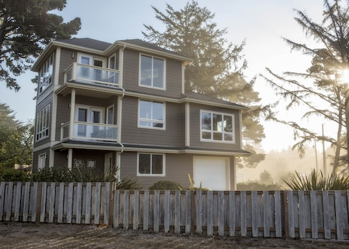 Ocean View, Fire Sprinklers, 3 En Suite Bedrooms, Pet Friendly, Fenced Yard