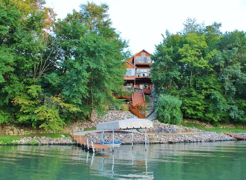 Luxurious Family Lake Home - Sleeps UP TO 16 Guests - Boat Rentals Available