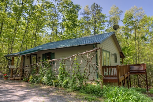 Heavenly Hideaway Cabin, Hot Tub, Privacy? You've got it!