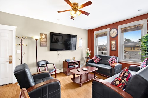 Resort Style 3 Bedrm/5 Beds 1.5 Bath Condo 4 min Walk Subwy Manhattan Sleeps 10