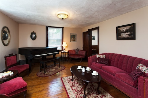 Unique 5BR Victorian - Walk to Bike Trails & River, Free* Dinner Out w/3 Nights!
