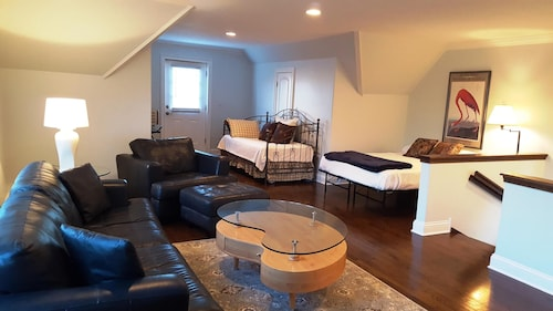 Beautiful Spa Like Suite on the North Side!