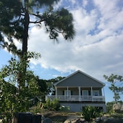 Charming Getaway 3 Miles to Beach & State Park, Close to Restaurants & Shops