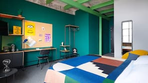 Een bureau, gratis babybedden, gratis wifi, beddengoed