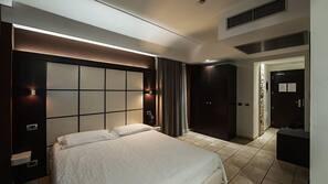 迷你吧、客房内保险箱、办公桌、遮光窗帘