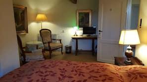 Med varierende dekoration, med varierende møblement, skrivebord