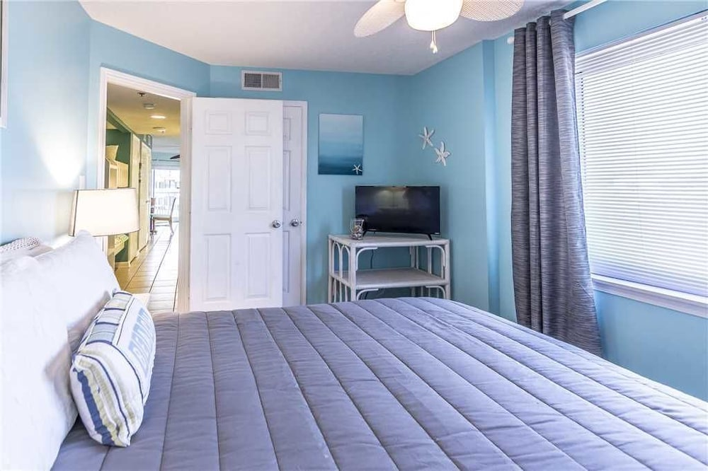 Room, Tradewinds 108 - 1 Br condo by RedAwning