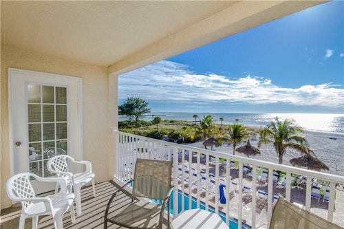 #207 Beach Place s - 3 Br condo by RedAwning