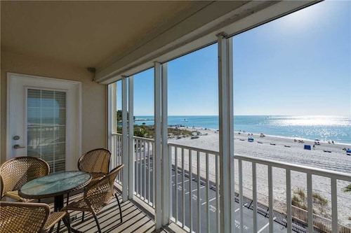 #312 Beach Place s - 3 Br condo by RedAwning