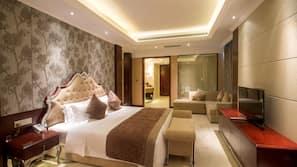 Minibar, Zimmersafe, Schreibtisch, Verdunkelungsvorhänge