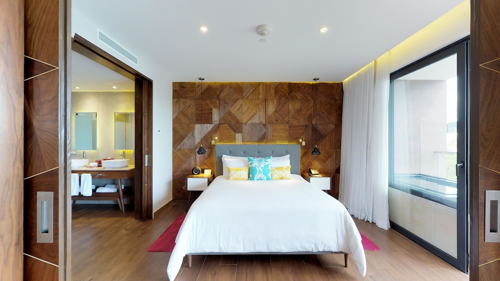 Room, The Fives Downtown Hotel & Residences, Curio Collection by Hilton