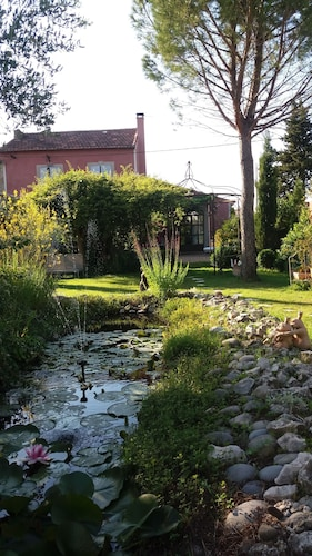 Renovated Refurnished lot of Charm, Bucolic Garden at the Foot of the Lubéron