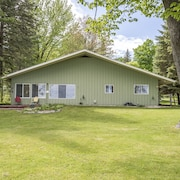 Fabulous Newly Renovated 3 Bedroom Vacation Home on Burt Lake