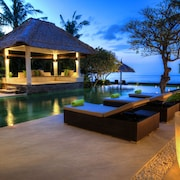 5 BR Luxurious Beachfront Villa - Large Swimming Pool &  Staff - Lovina Beach
