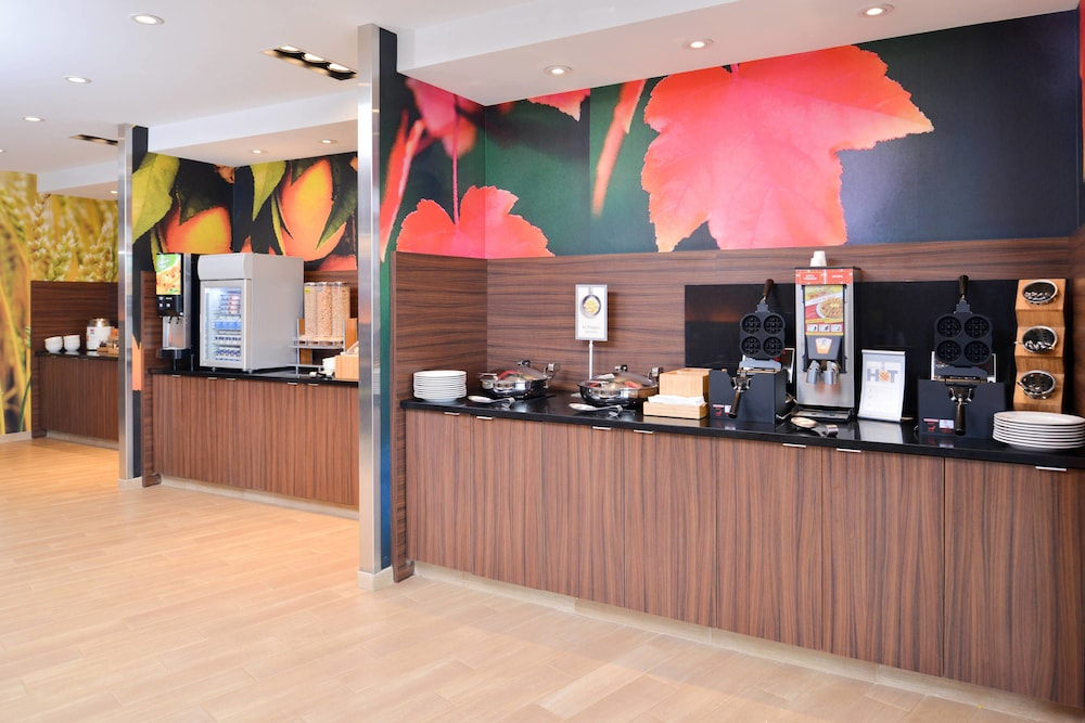 Breakfast buffet, Fairfield Inn & Suites by Marriott Warrensburg