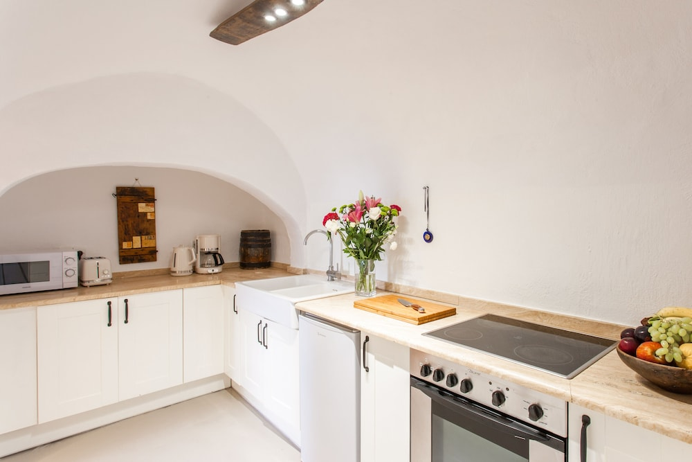 Private Kitchen, Traditional Santorini Cavern House Helios