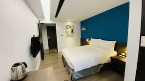 高級寢具、羽絨被、特厚豪華床墊、書桌
