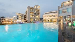 2 개의 야외 수영장, 10:00 ~ 21:00 오픈, 카바나(요금 별도), 일광욕 의자
