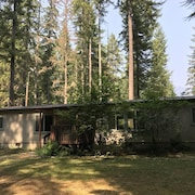 Mt Rainier Rustic Home: Sleeps 4- 2 Beds/2 Bathrooms -lots of Room to Relax !