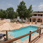 Traditional Cortijo With Pool & Garden, Wifi and Close to all Amenities