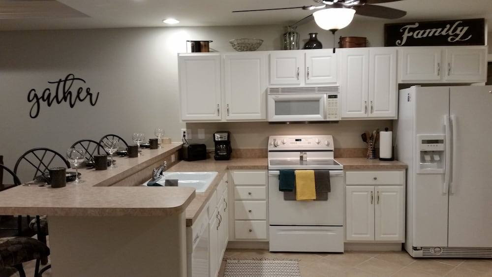 Private Kitchen, Amazing Views and Great Location. Oversize Slip 3br/3ba With new Furnishings