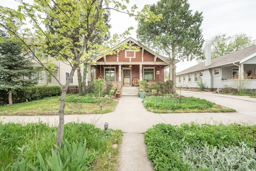 Beautiful Garden Cottage in the Heart of Downtown