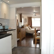Hartsdown Hive Apartment With Kitchen, Shower, Toilet and Parking. Pets Welcome