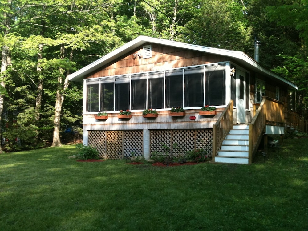 , Quiet Comfortable Cabin 5 Min. Walk to Swimming and Boating