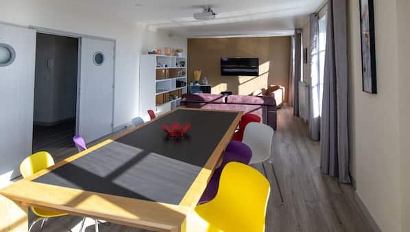 3 chambres, bureau, fer et planche à repasser, lit parapluie