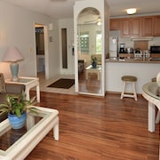 Amazing Location, Completely Remodeled, Walk to Beach. Free Parking & Wifi