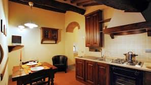Frigorífico grande, horno, placa de cocina y máquina de café espresso