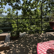 Tranquillity & Comfort - Spacious Studio & Terrace, Relax Under the Vine Canopy