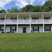Classic Family Farmhouse With Amazing Views - Hocking Hills 4br, 3 Bath, Hot Tub