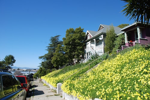 Boutique Bungalow 2 by Waterfront, Walk to Vallejo Ferry to SF and Winetrain