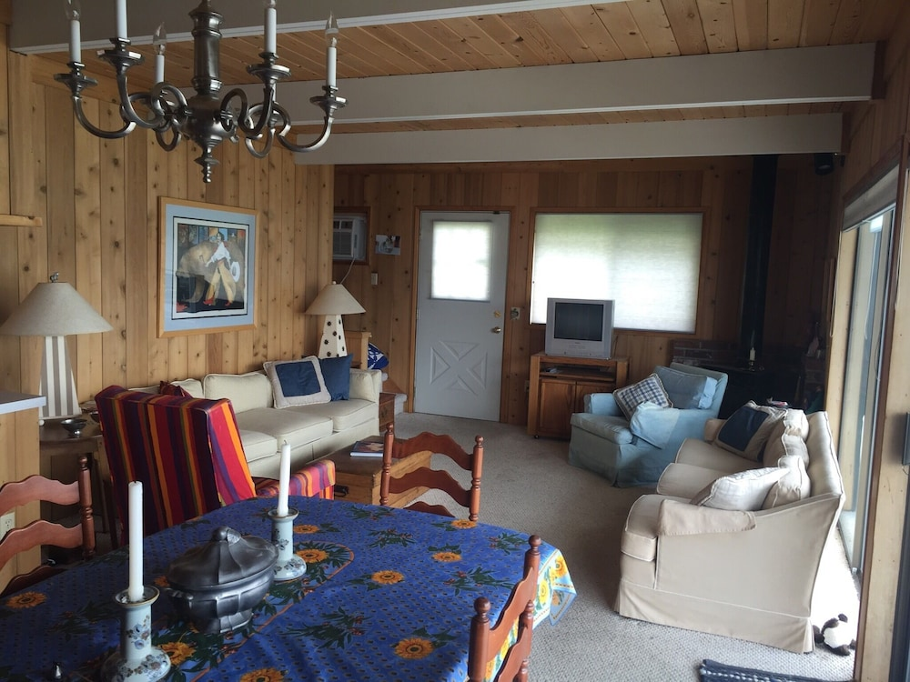 In-Room Dining, The Barn at The Lake; Waterfront Home Within Chelans Golden Mile!