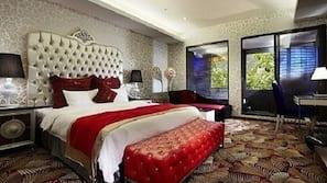 房內夾萬、設計自成一格、書桌、窗簾