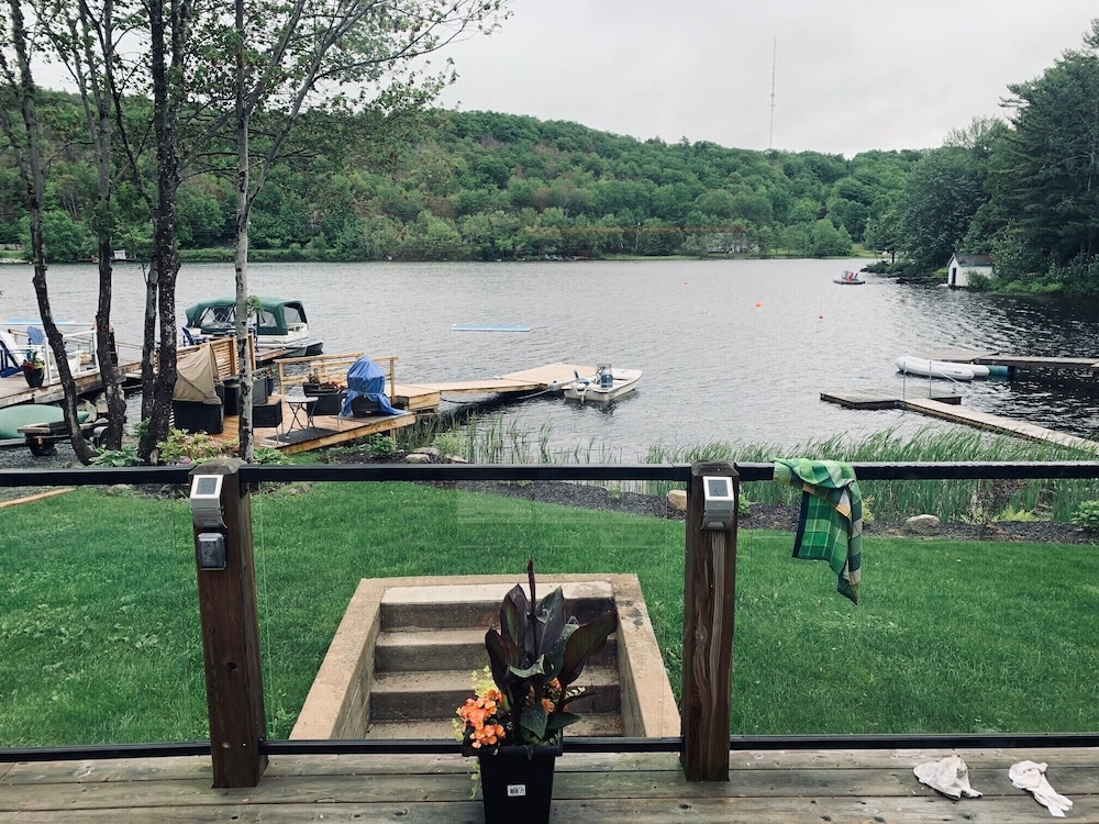 Welcome to the Lake House, a Modern and Cozy 2-bedroom