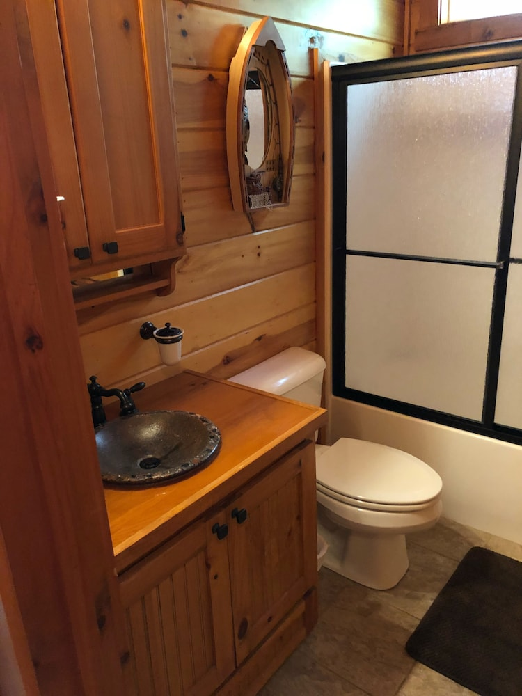 Bathroom, Cozy Lakefront Cabin Perfect for a Relaxing get Away!