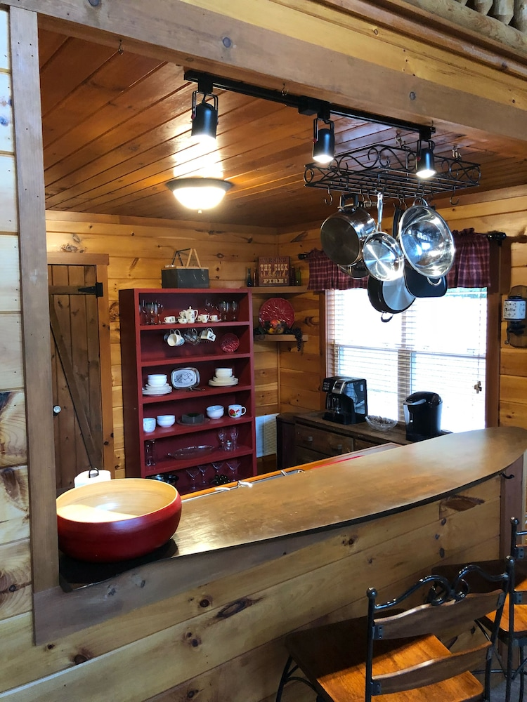 Private Kitchen, Cozy Lakefront Cabin Perfect for a Relaxing get Away!